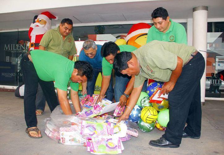 Voceadores llegaron a las oficinas de MILENIO NOVEDADES y De Peso para aportar un poco de felicidad para los niños yucatecos. (Milenio Novedades)