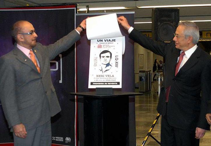 Rodolfo Nery Vela, primer astronauta mexicano (izq), develó junto al tiular del Metro, Jorge Gaviño Ambriz. su imagen que quedó impresa en el boleto conmemorativo del Metro, el martes 17 de noviembre de 2015, en la ciudad de México (Foto: http://www.metro.df.gob.mx/)
