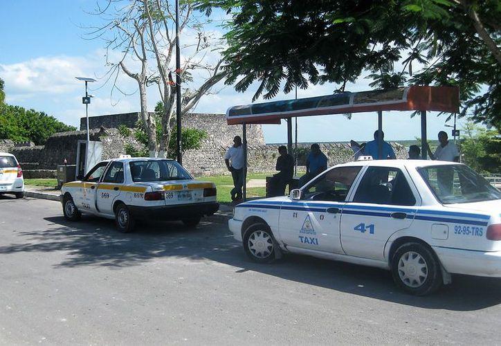 Los taxistas no ven la hora en que les autoricen el aumento, pues tienen que absorber los costos del alza al combustible. (Foto: Javier Ortiz / SIPSE)