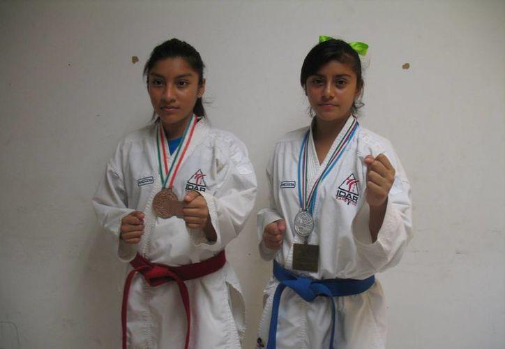 Las karatecas Michelle Navarro y Hanna Alemán listas para representar al país en Nicaragua. (Raúl Caballero/SIPSE)