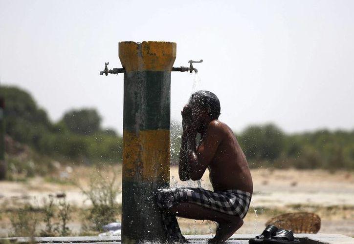 Los habitantes de la India sufren por temperaturas mayores a los 42 grados. (EFE)