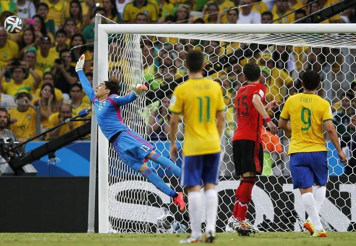 Ochoa desvió seis pelotas que iban a gol en el partido de México vs Brasil en el Mundial. (Foto: AP)
