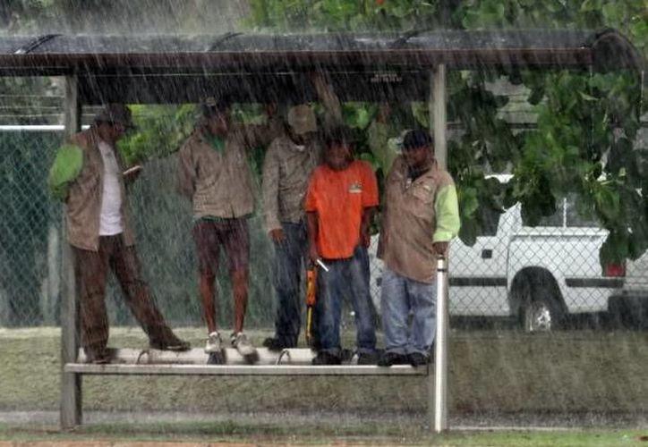 Para este día una nueva onda tropical se aproximará a la Península de Yucatán, favoreciendo ingreso de humedad y caída de lluvia. (SIPSE)