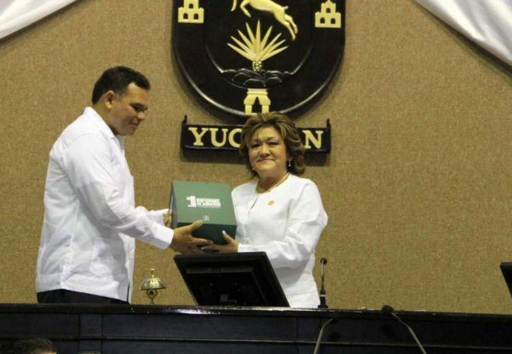 Flor Díaz Castillo, presidenta de la Mesa Directiva del Congreso, recibió el paquete que contiene el I Informe de Rolando Zapata. (Cortesía)