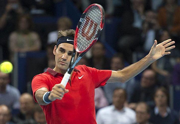 Como en sus mejores tiempos, el veterano Roger Federer hizo papilla a su rival, que esta vez fue Gilles Mueller, y lo eliminó de la primera ronda del torneo de la ATP de Basilea, en 47 minutos. (Foto: AP)