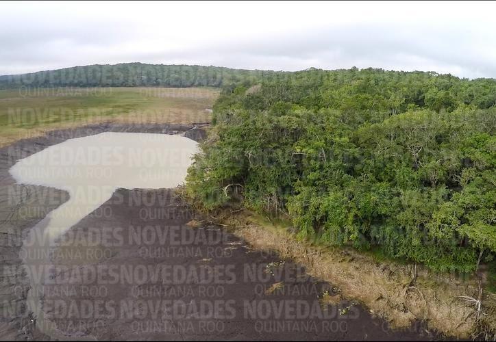 En el paisaje de lo que era parte de la laguna Chakanbakán ahora destaca una extensa área de lodos y tres socavones por donde, se presume, se fue el agua. (Joel Zamora/SIPSE)