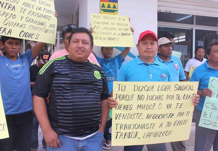 La manifestación que encabezaron transportistas de servicio público se debió al incumplimiento del director de la Sintra, pues está permitiendo la entrada de otro gremio. (Foto: Jesús Caamal / SIPSE)