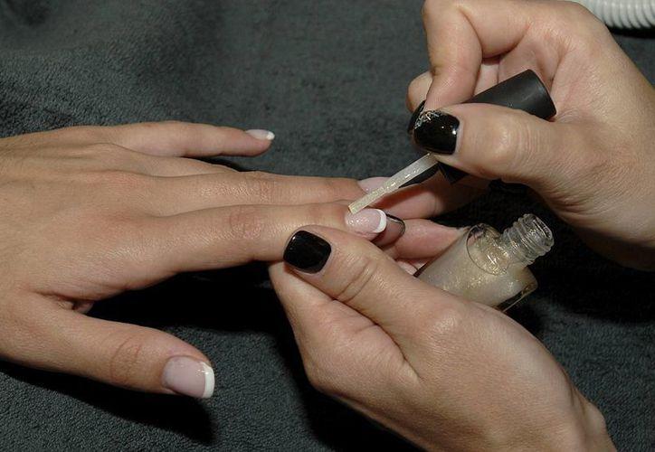 De las sustancias que contienen los esmaltes para uñas, al menos 17 son perjudiciales para el sistema respiratorio. (EFE)