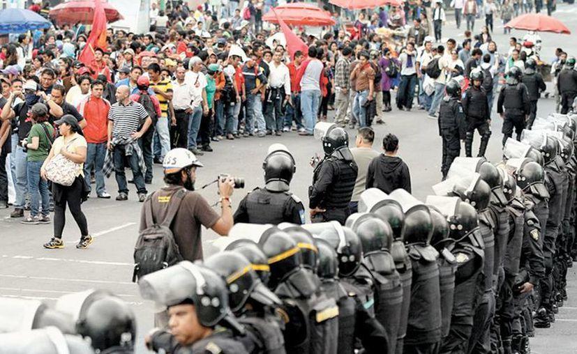 Policias federales y granaderos formaron una valla. (Milenio)