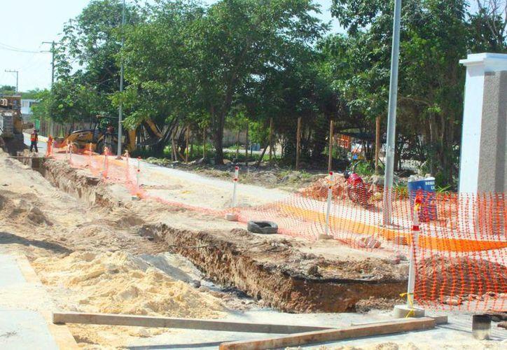 La construcción del Colector de Aguas Residuales Sector 'El Cielo' genera congestionamiento vial en la zona de Xcalacoco.  (Daniel Pacheco/SIPSE)