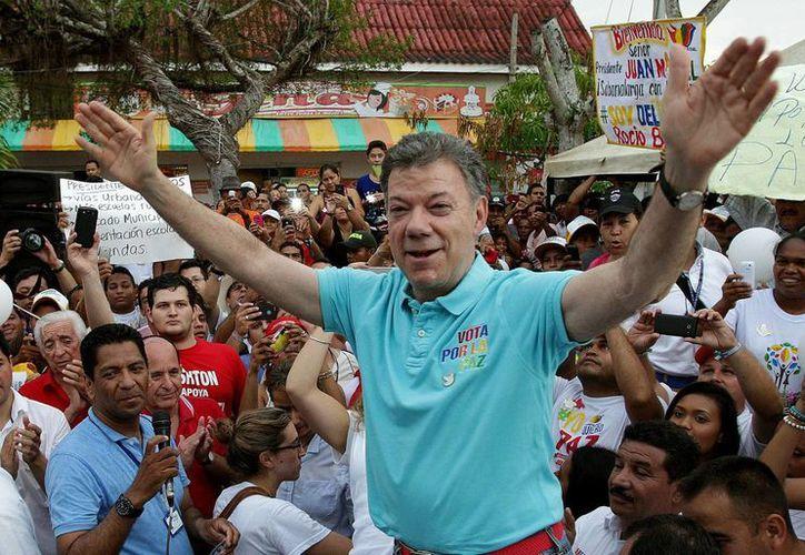 Fotografía del 4 de mayo de 2014 del presidente colombiano y candidato a la reelección, Juan Manuel Santos, durante una de las actividades de campaña política con los habitantes de Sabanalarga, Colombia. (Archivo/EFE)