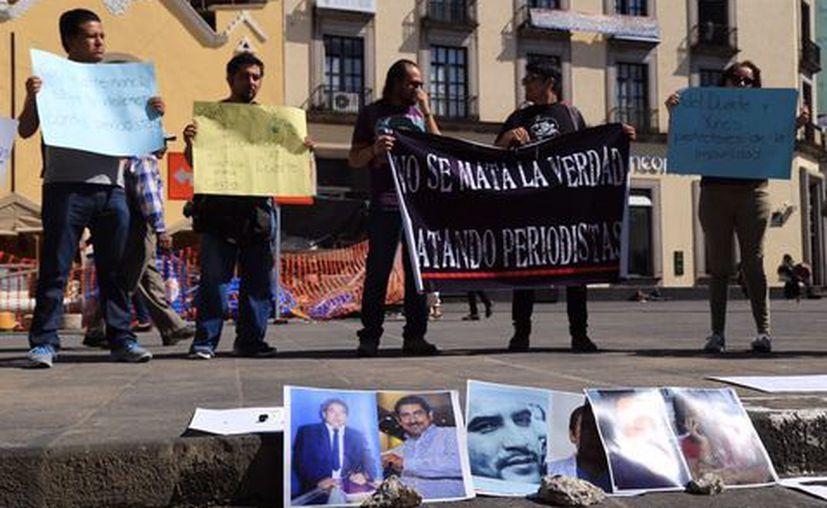 Periodistas protestaron en el palacio de gobierno, ubicado en Xalapa, para exigir justicia para Cándido Ríos. (Isabel Zamudio/Milenio).