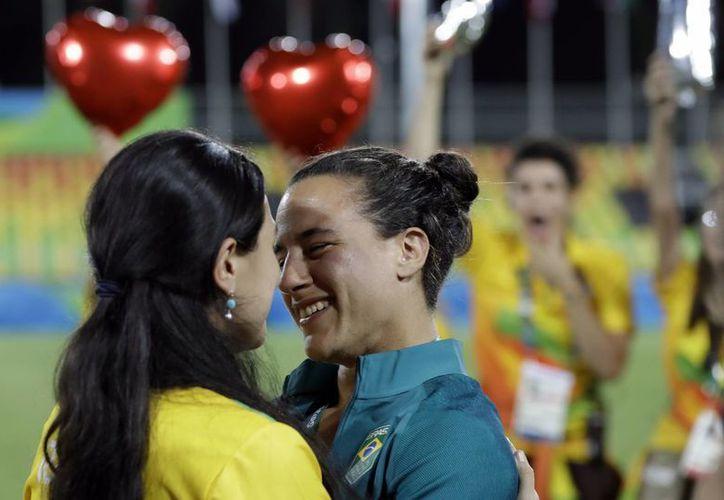 Marjorie Enya(i), quien es voluntaria en Río 2016, recibió el sí, por parte de su pareja Isadora Cerullo, jugadora de Rugby con la selección de Brasil. (Themba Hadebe/AP)