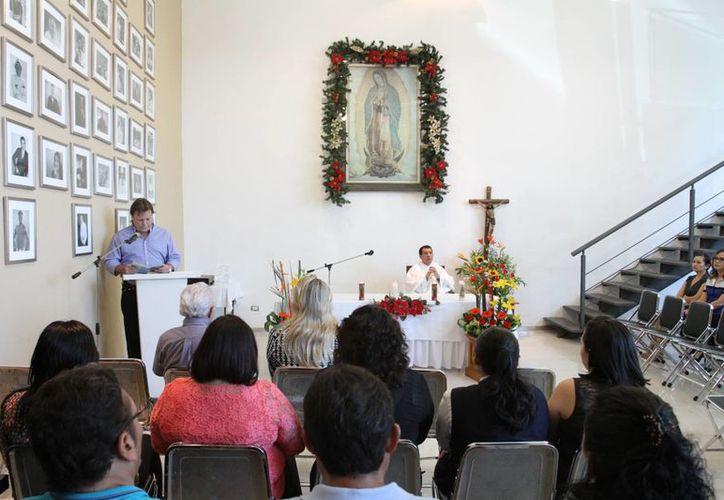 Alejandro García Gamboa, director general de medios electrónicos de Grupo SIPSE, brindó un mensaje en una misa en el marco de las celebraciones a la Virgen de Guadalupe. A su derecha, el presbítero Christian Uicab Tzab. (César González/SIPSE)