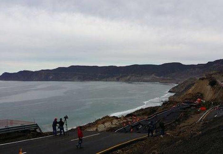 La carretera hundida <i>se tragó</i> un camión de doble remolque cargado con cemento que iba de Mexicali a Ensenada. (Milenio)