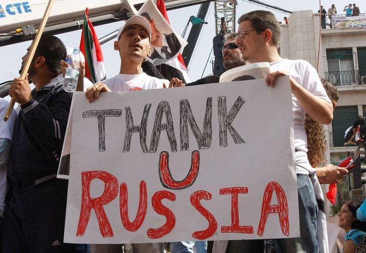 Explosiones sacudieron la embajada de Rusia en Siria al momento en que, fuera de la sede diplomática, cientos de personas se congregaban para manifestar su apoyo a la intervención militar de Rusia contra el EI. La imagen no es del hecho, corresponde a una manifestación del 2011 y está utilizada como contexto. (AP/Archivo)