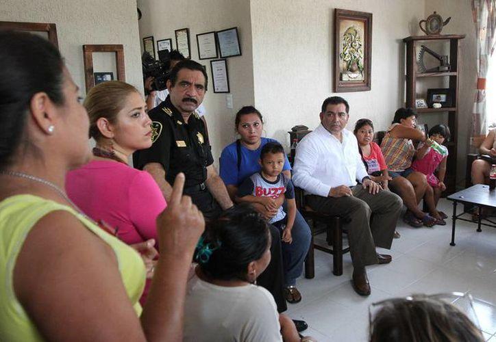 En diálogo con vecinos de Ciudad Caucel, Víctor Caballero Durán (camisa blanca) resaltó que para que el plan de seguridad funcione, es necesaria la denuncia de la ciudadanía. (Cortesía)
