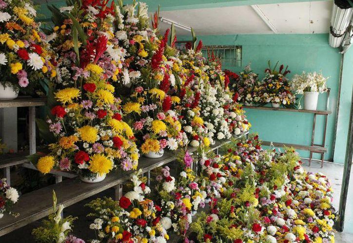 Ser florista es un día pesado en estás fechas. (Harold Alcocer/SIPSE)