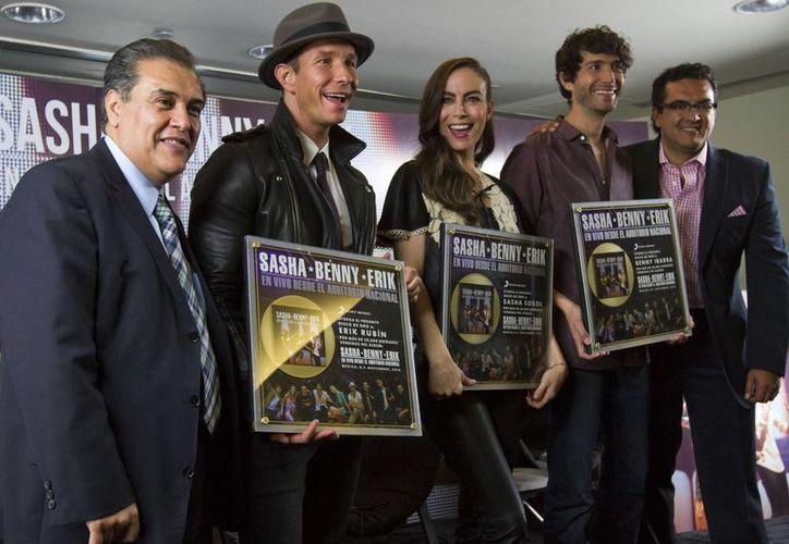 Los extimbiriches actuarán de nuevo en Mérida el próximo 29 de noviembre. En la imagen, con sus reconocimientos por altas ventas de sus discos. (Notimex)