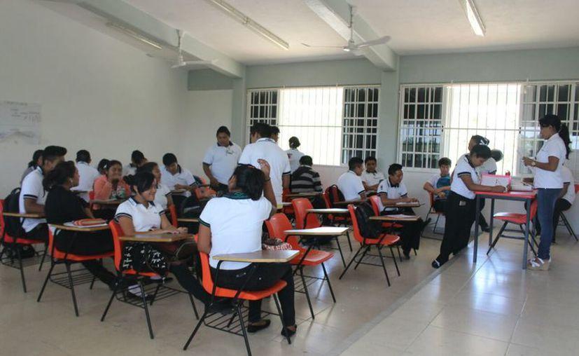 Hasta el momento han entregado material informativo a alrededor de mil 500 alumnos. (Jesús Caamal/SIPSE)