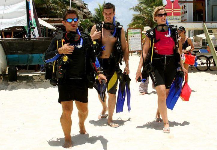 Los visitantes extranjeros son los principales clientes de las empresas de buceo en Playa del Carmen.  (Adrián Monroy/SIPSE)