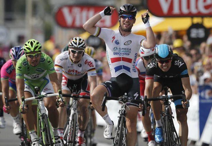 Cavendish, tras cruzar la línea final, expresó: estoy en buena forma y me rodea un gran equipo. (Agencias)