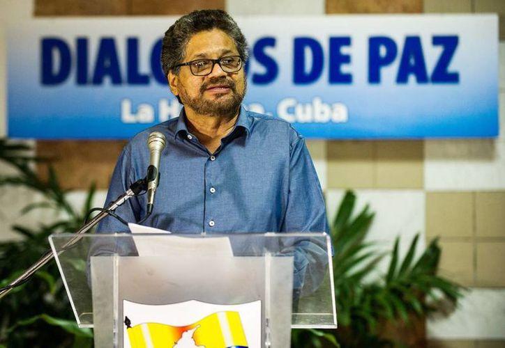 """Los negociadores de las FARC aseguraron estar listos para abordar y discutir los procedimientos para el tránsito de guerrilla a movimiento político abierto para su incorporación a la vida civil. Imagen de el segundo jefe de las FARC y líder de los delegados de la guerrilla Luciano Marín, alias """"Iván Márquez"""". (EFE/Archivo)"""