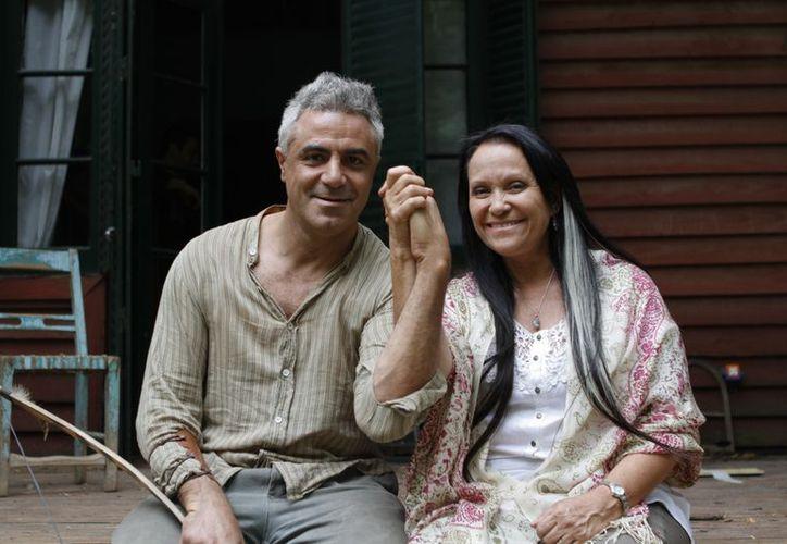 El cineasta Diego Rafecas aparece con la nominada al Oscar, Adriana Barraza. (Agencias)