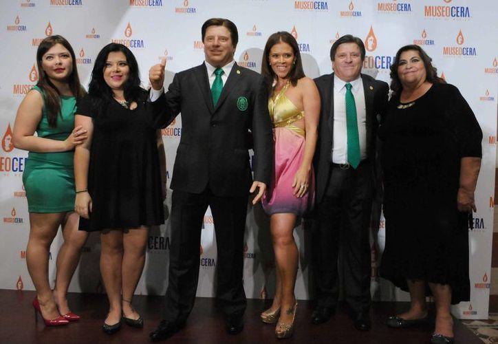'El Piojo' Herrera con su estatua de cera y acompañado por su familia, en una época feliz con la Selección Mexicana. Esta martes fue despedido y por lo tanto peligra el futuro de su estatua. (mixedvoces.com)