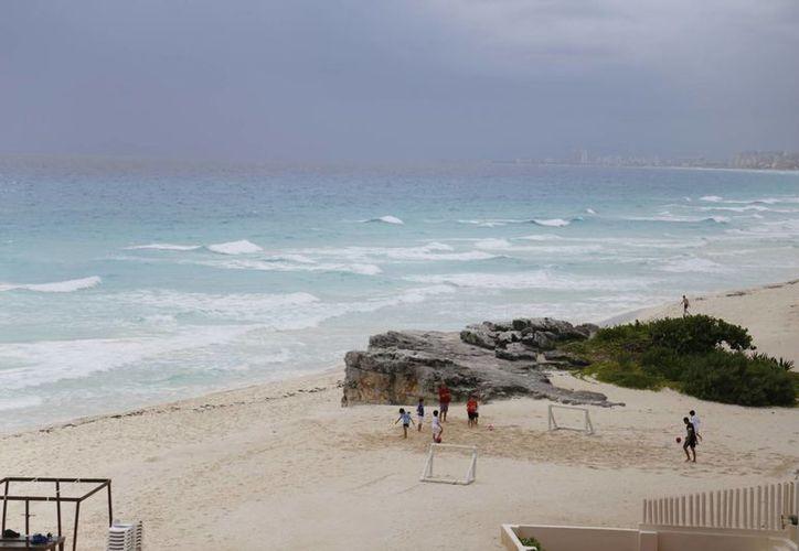 El azul turquesa del Mar Caribe atrae a los turistas. (Israel Leal/SIPSE)