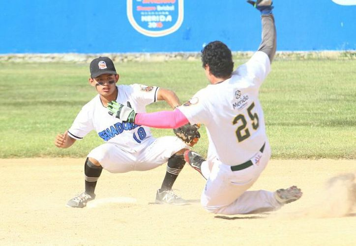 Rockies se acercó a juego y medio del liderato de la Liga. La foto pertenece al duelo entre Senadores de la Morelos y Zorros de Pacabtún. (Milenio Novedades)