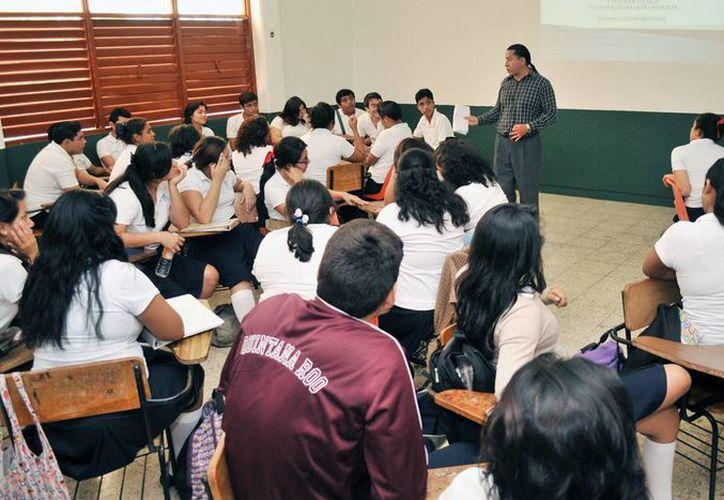 Estudiantes de bachiller durante la aplicación del diagnóstico social. (Redacción/SIPSE)