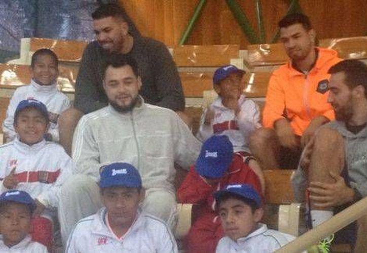 Los niños triquis mexicanos convivieron con los ex basquetbolistas Horacio Llamas y Víctor Ávila. (Milenio)