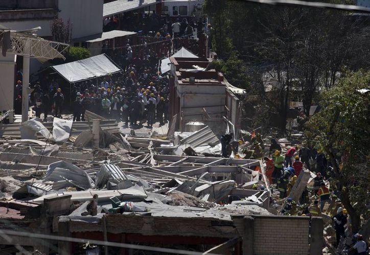 Los equipos de rescate trabajan entre los escombros que dejó la explosión del Hospital materno infantil en la Ciudad de México. (Agencias)