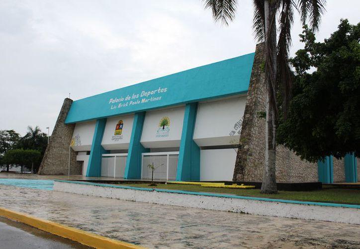 En el Palacio de los Deportes 'Erick Paolo Martínez' la mala planeación en no realizar el diagnóstico correcto de las condiciones, ocasionó el retraso. (Miguel Maldonado/SIPSE)