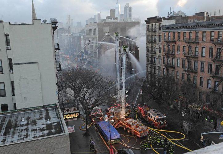 Los bomberos combaten un incendio en el barrio East Village de Nueva York. (Agencias)