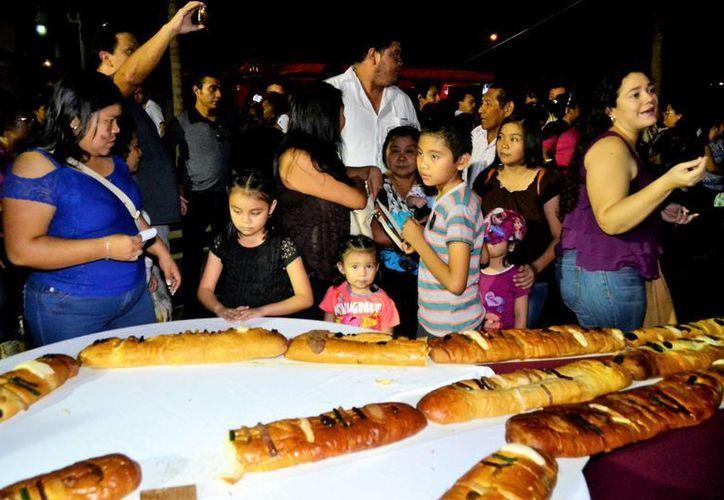 En armonía, cientos de familias yucatecas compartieron este jueves una mega Rosca de Reyes, con el fin de recaudar fondos para diversas instituciones. (SIPSE)