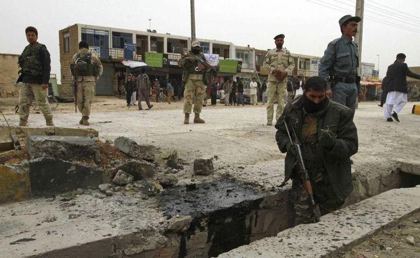 Oficiales de seguridad inspeccionan el lugar de un atentado el pasado 7 de marzo en Herat. (EFE)