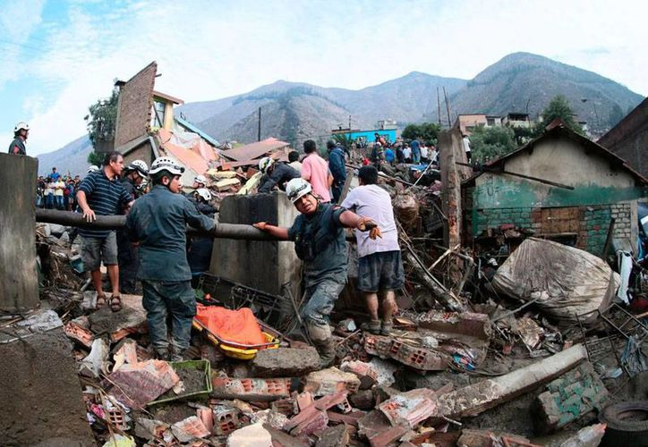 Un alud de lodo y piedras aplastó más de 60 casas en Chosica, Perú. Hay varios muertos y heridos. (AP)