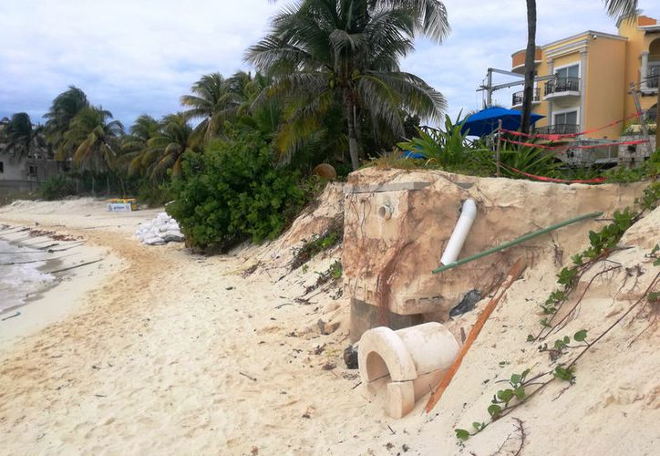 La infraestructura subterránea destinada al drenaje pluvial ha quedado expuesta en la playa El Recodo. (Foto. Daniel Pacheco/SIPSE)