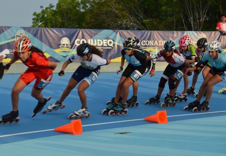 Las diversas pruebas del patinaje de velocidad acapararon la atención en el óvalo del Cedar. (Ángel Villegas/SIPSE)