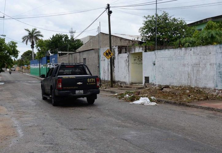 En esta calle de Xcumpich, empleados que desyerbaban con desbrozadoras hallaron varios cráneos, dos de ellos humanos. (Cuauhtémoc Moreno/SIPSE)