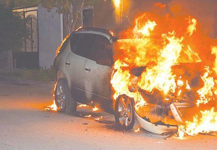 Testigos vieron a la mujer entrando y saliendo del vehículo en llamas en Athens, en las afueras de Los Ángeles (imagen de contexto/zocalo.com.mx)