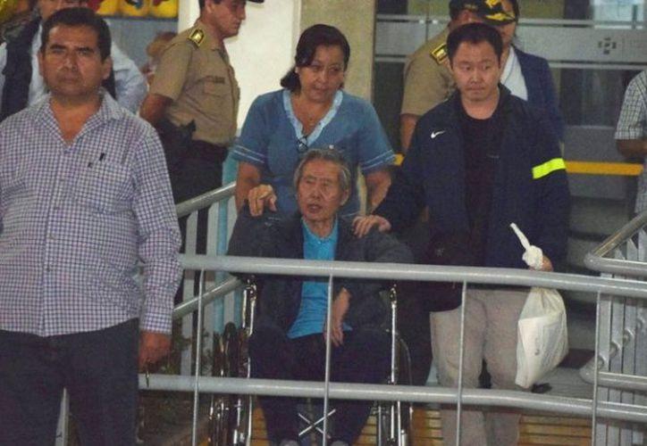 El exgobernante salió de la clínica en una silla de ruedas. (excelsior.com)