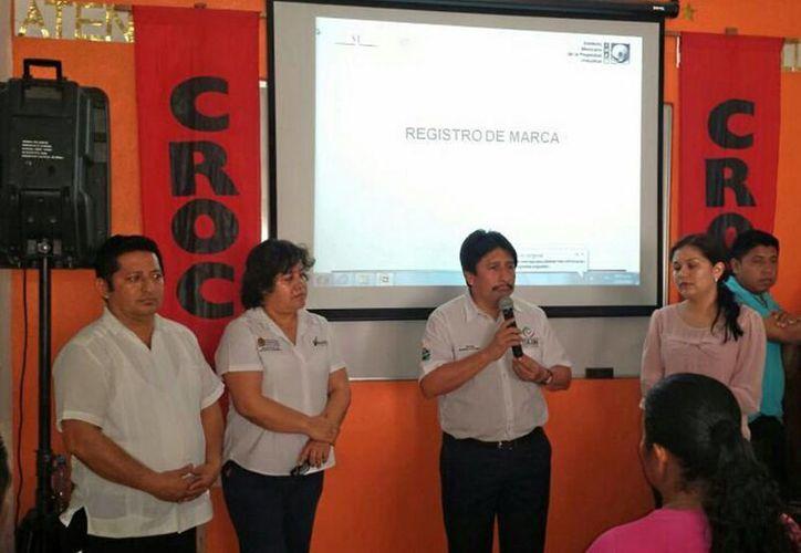 Durante el curso las autoridades invitaron a los participantes a registrar sus marcas.  (Redacción/SIPSE)