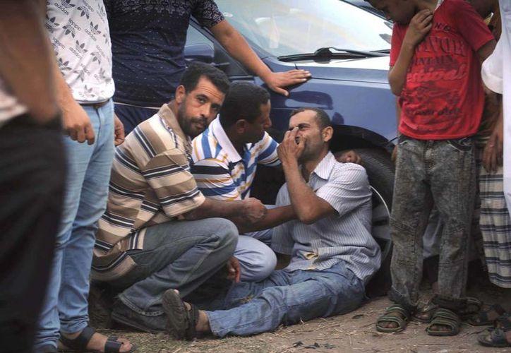 Familiares de uno de los desaparecidos en el naufragio de un barco frente a las costas egipcias esperan noticias de las víctimas. (EFE). EFE
