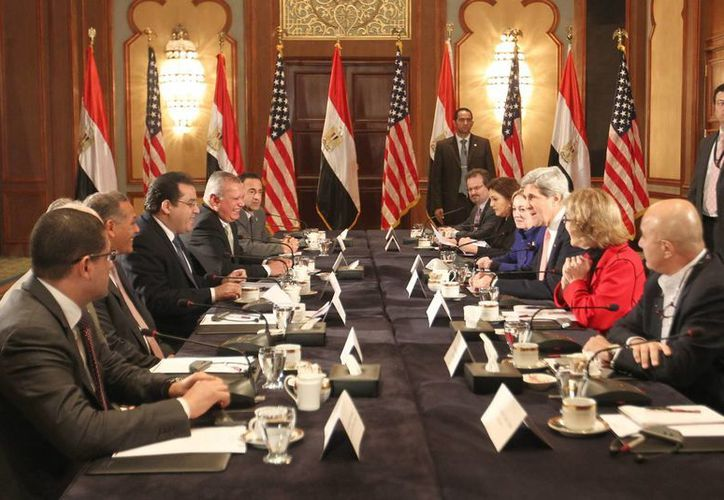 John Kerry (3ºd), en reunión con varios representantes de la Liga Árabe en El Cairo. (EFE)