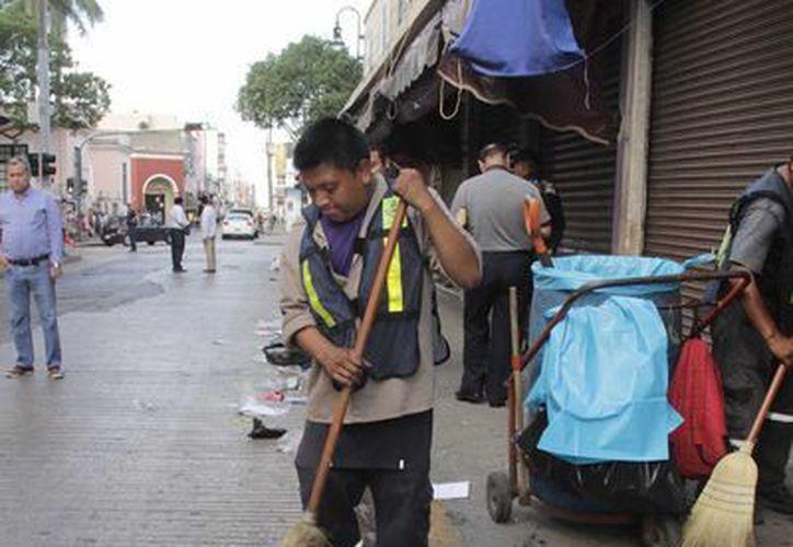 Desde temprano este jueves trabajadores del Ayuntamiento se pusieron en actividad para dejar limpia la ciudad tras los festejos de Año Nuevo. (SIPSE)