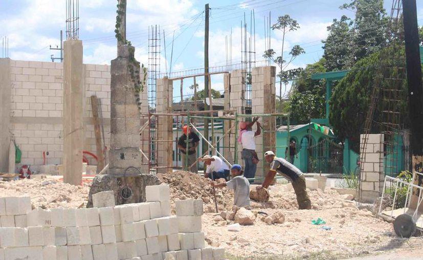 De acuerdo con la CTC y Catem, las grandes empresas constructoras reciben contratos estatales o municipales, pero ninguna contrata gente local, sino de otras entidades.  (Foto: Redacción / SIPSE)