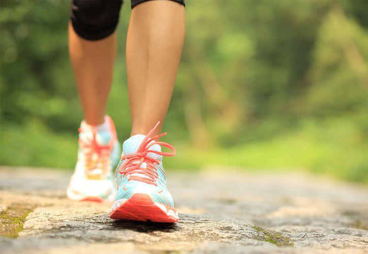Caminar un promedio de mil 600 metros diarios ayuda a quemar unas 90 calorías. (Foto: Contexto)